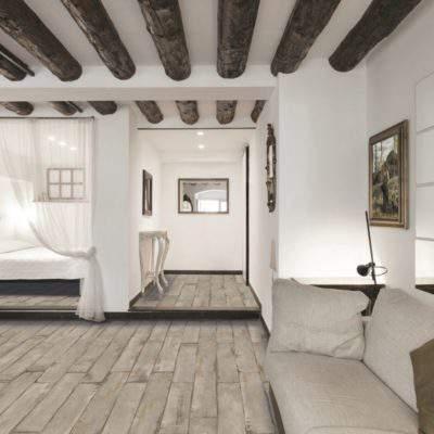 Gres Porcellanato Effetto Legno invecchiato pareti bianche travi scure
