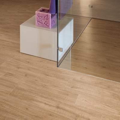 Gres Porcellanato Effetto Legno chiaro particolare vetro
