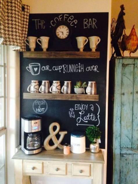 Zona caffè con mobiletto mensole e lavagna nera con scritte