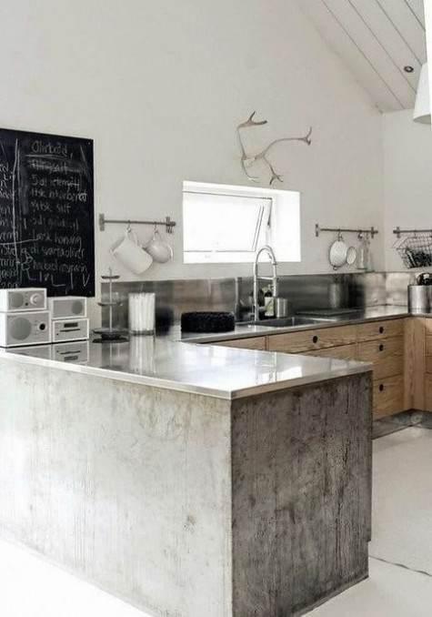 Lavagna nera con scritte su cucina grigia legno naturale e top acciaio