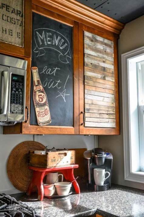 Pensile cucina in legno con un pannello in legno verniciato a lavagna
