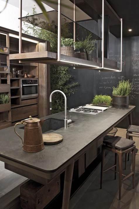 Parete intera pitturata a lavagna in cucina moderna in legno