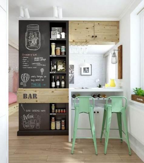 Zona bar cucina dipinta effetto lavagna con scritte