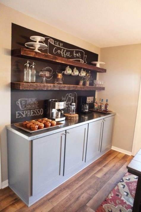 Zona caffè espresso con lavagna e scritte