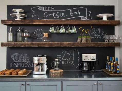 Lavagna con scritte the coffee bar e mensole portaoggetti in legno rustico sopra base grigia cucina
