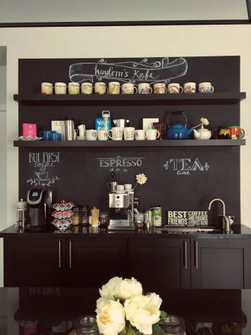 Blocco mobile cucina mensole nere con lavagna e scritte kafe