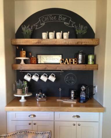 Lavagna tonda con scritte coffee bar e portaoggetti in legno sopra base della cucina
