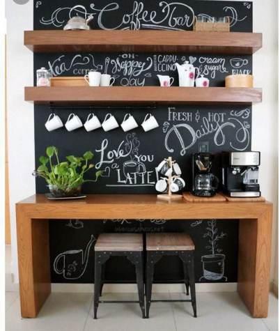 Scritte coffee bar su lavagna con mensole e consolle cucina in legno