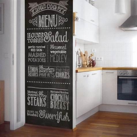 Parete di chiusura cucina con effetto lavagna e scritte