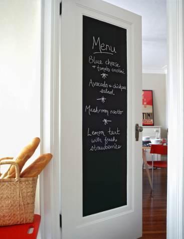 Vernice lavagna sulla porta della cucina
