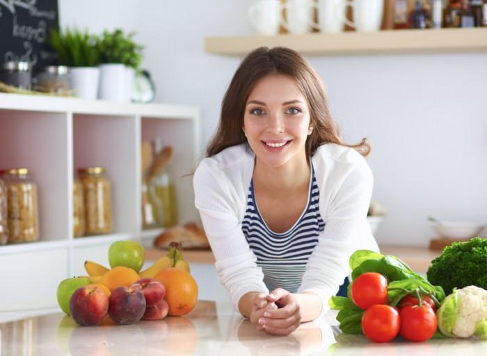 Warum vegan? - Frau mit Obst und Gemüse