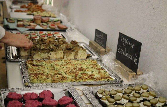Leckerer veganer Zwiebelkuchen auf dem Buffet.