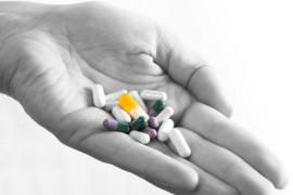 Antibiotika-Tabletten in einer Hand
