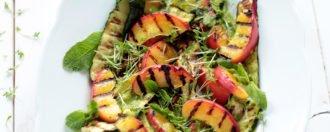 Salat mit gegrillter Nektarine