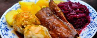 Vegane Entenbrust mit Semmelknödeln und Apfel-Himbeer-Rotkohl