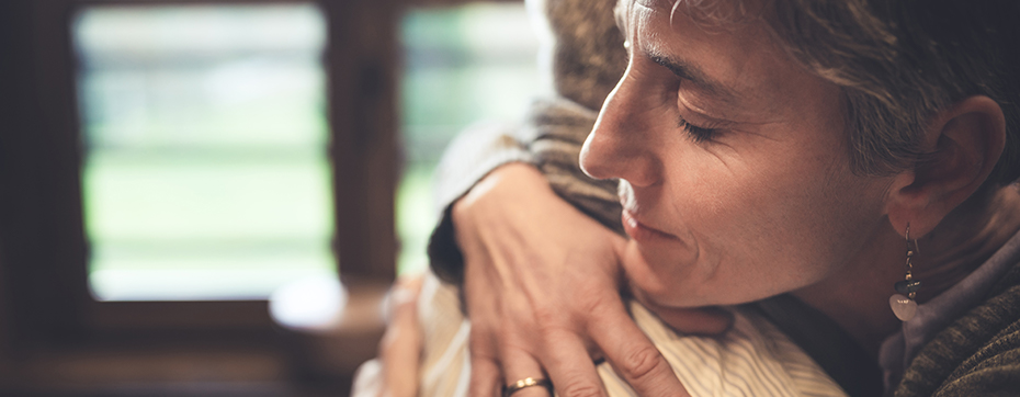 older woman hugging younger woman as she transitions to memory care