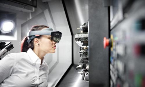 Kvinna vid svets med VR-glasögon.