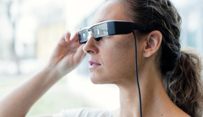 Kvinna med AR-glasögon