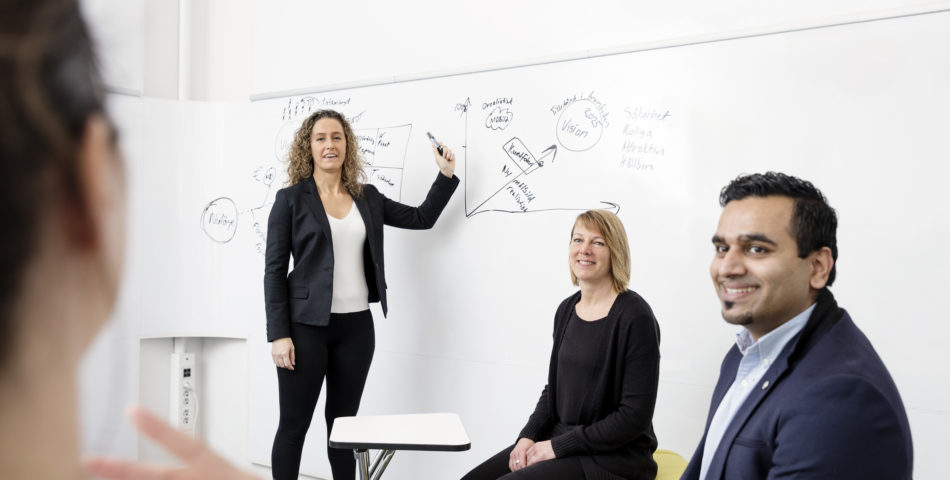Kvinna som håller en workshop vid whiteboard.