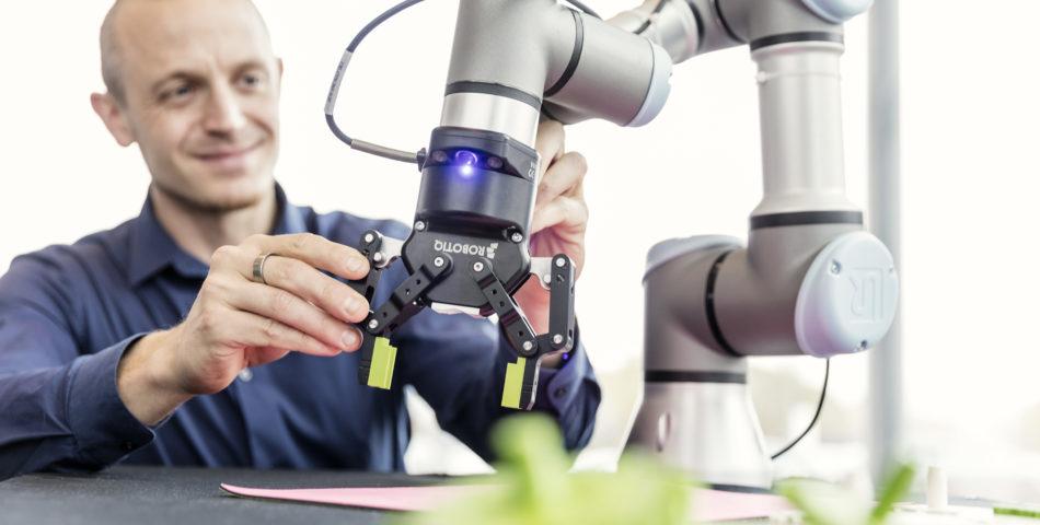 Forskare vid robotdemonstrator - Assar