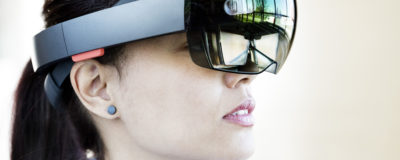 Närbild kvinna med VR-glasögon