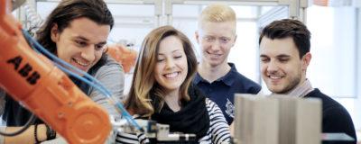 Ingenjörsstudenter vid robot