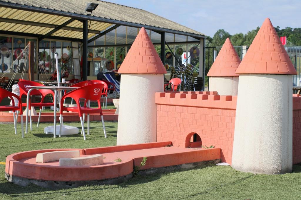 Parcours mini-golf : obstacle château