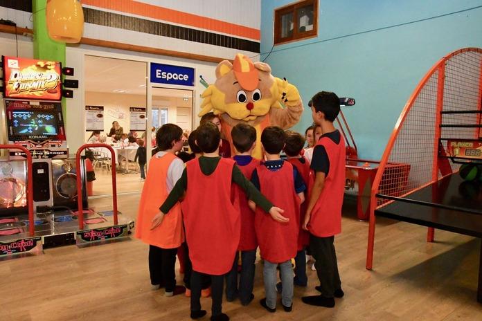 Mascotte entourée par des enfants