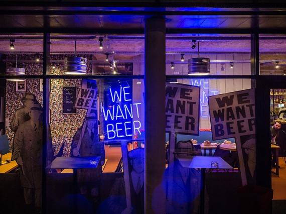 Vitrine du bar We Want Beer