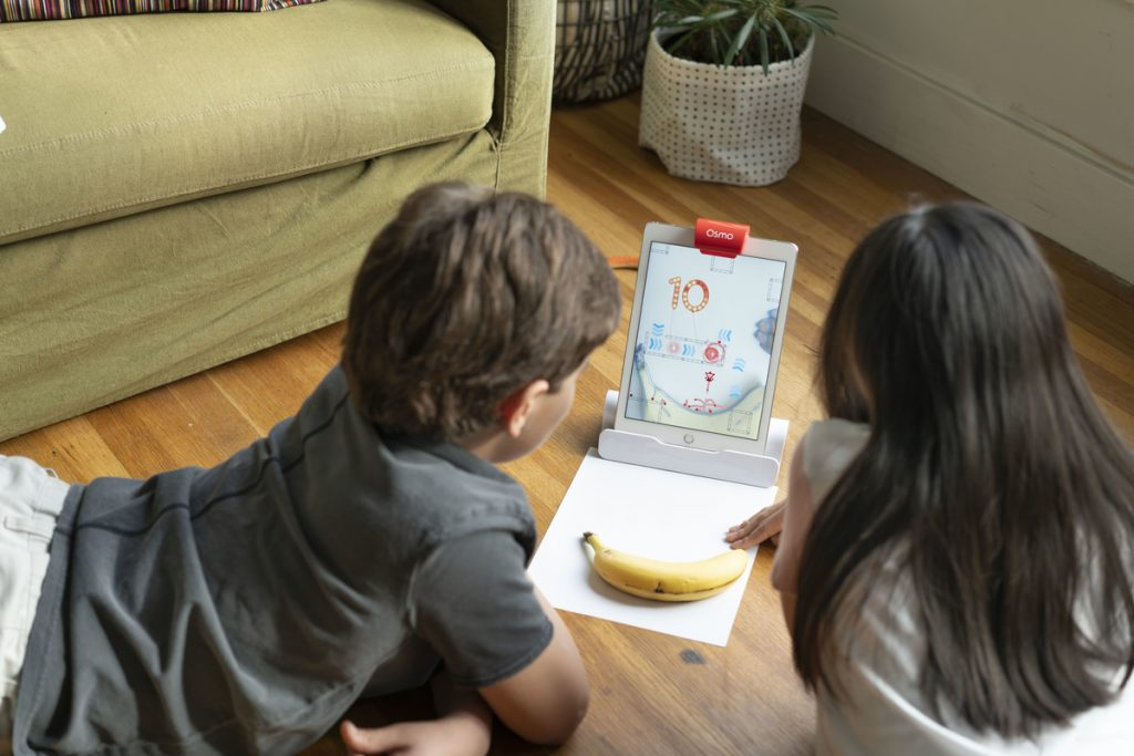 children play osmo genius newton game in osmo genius kit