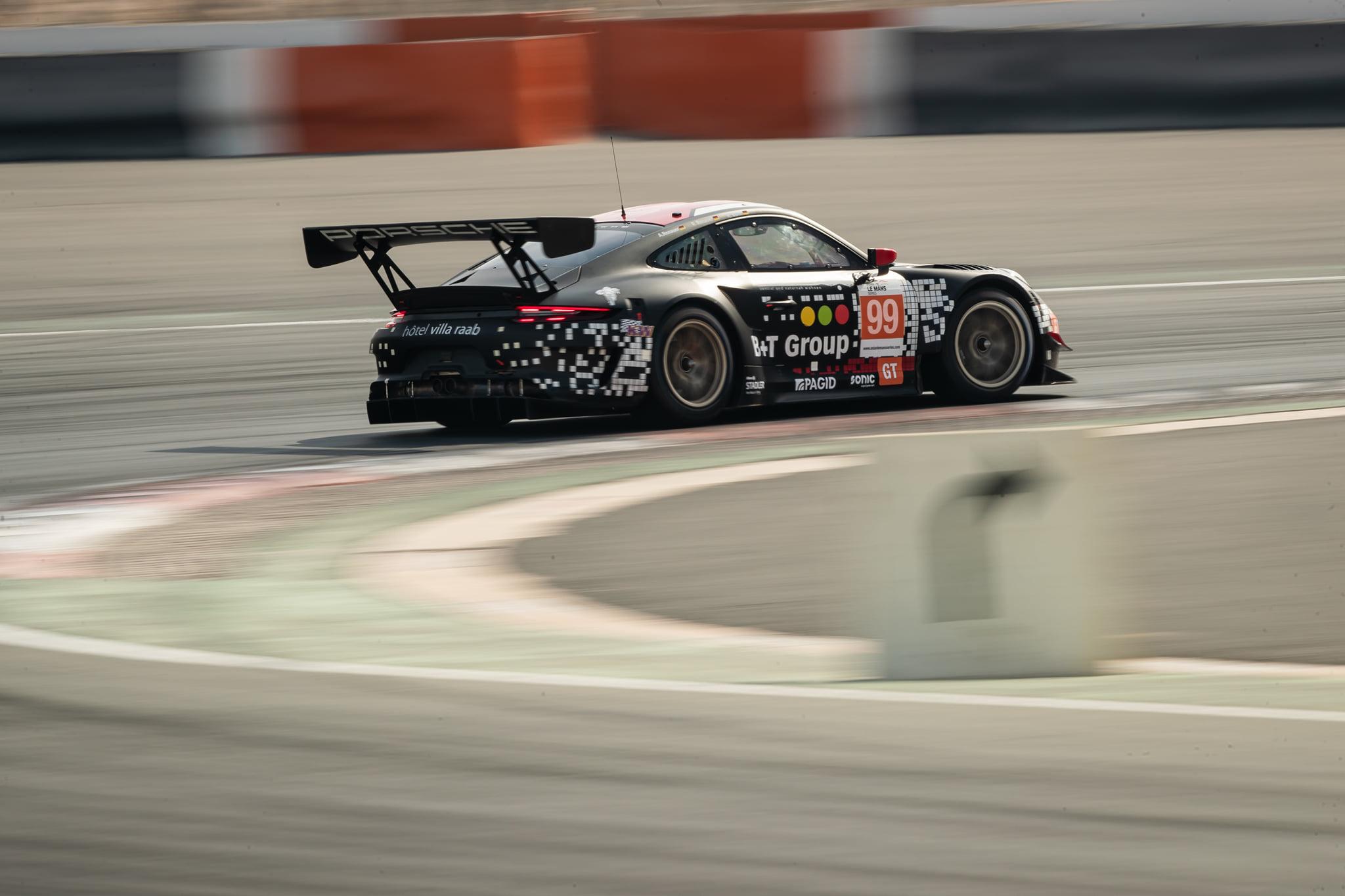 La Porsche 911 GT3 R #99 de Precote Herbeth Motorsport en pole position de la catégorie GT.