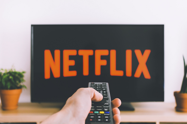 Television con logo de netflix