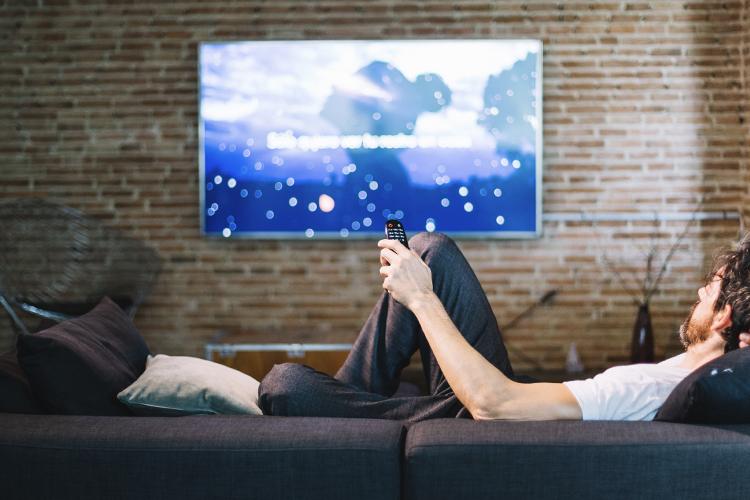 Chico en sofá viendo contenidos de HBO