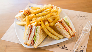habit-club-sandwich-με-κοτόπουλο