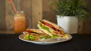 panini-&-coffee-μπαγκέτα-λευκή-ομελέτα,-ζαμπόν,-τυρί,-ντομάτα,-λόλα-&-σως-μουστάρδας