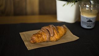 panini-&-coffee-croissant-πραλίνα
