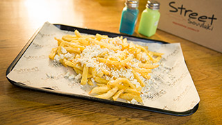 street-souvlaki-πατάτες-τηγανητές-τυράτες