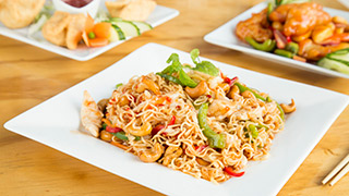 athenian-china-town-noodles-με-κοτόπουλο,-κάσιους-&-γλυκιά-chili-sauce