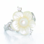 Dazzling Ladies Vintage Ladies 14K White Gold Pearl Flower Ring