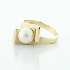 Beautiful Vintage Ladies 14K Yellow Gold Lustrous White Pearl Solitaire Ring