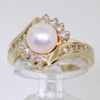 Lustrous Ladies 14K Yellow Gold Pearl and Diamond Right Hand Ring Jewelry