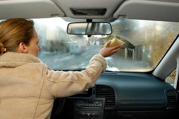 Condens beslagen ruiten in de winter vocht in de auto