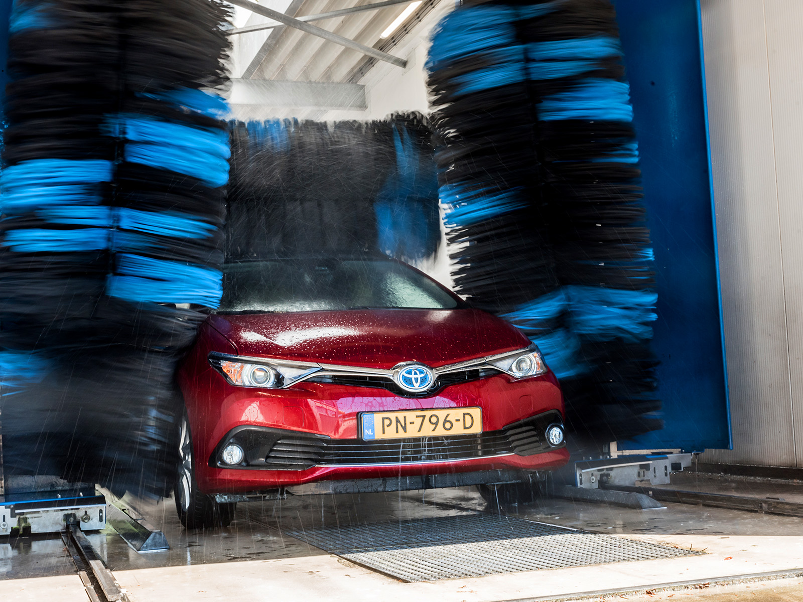 Auto wassen bij autobedrijf Okken