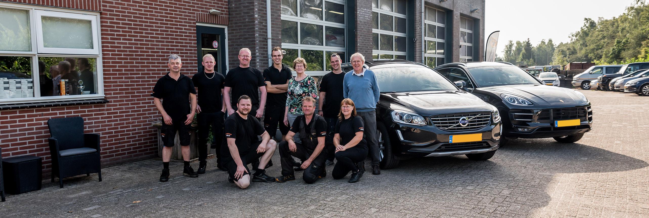 Het team van familiebedrijf Autobedrijf Veld in Steenwijk Kallenkote