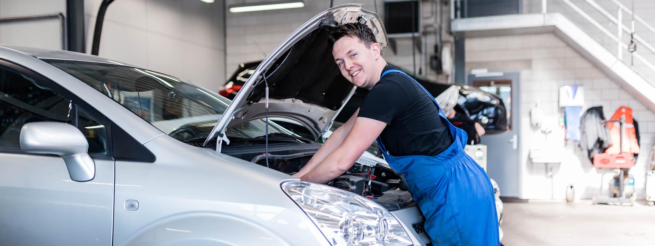 Monteur aan het werk bij Autobedrijf van Leussen