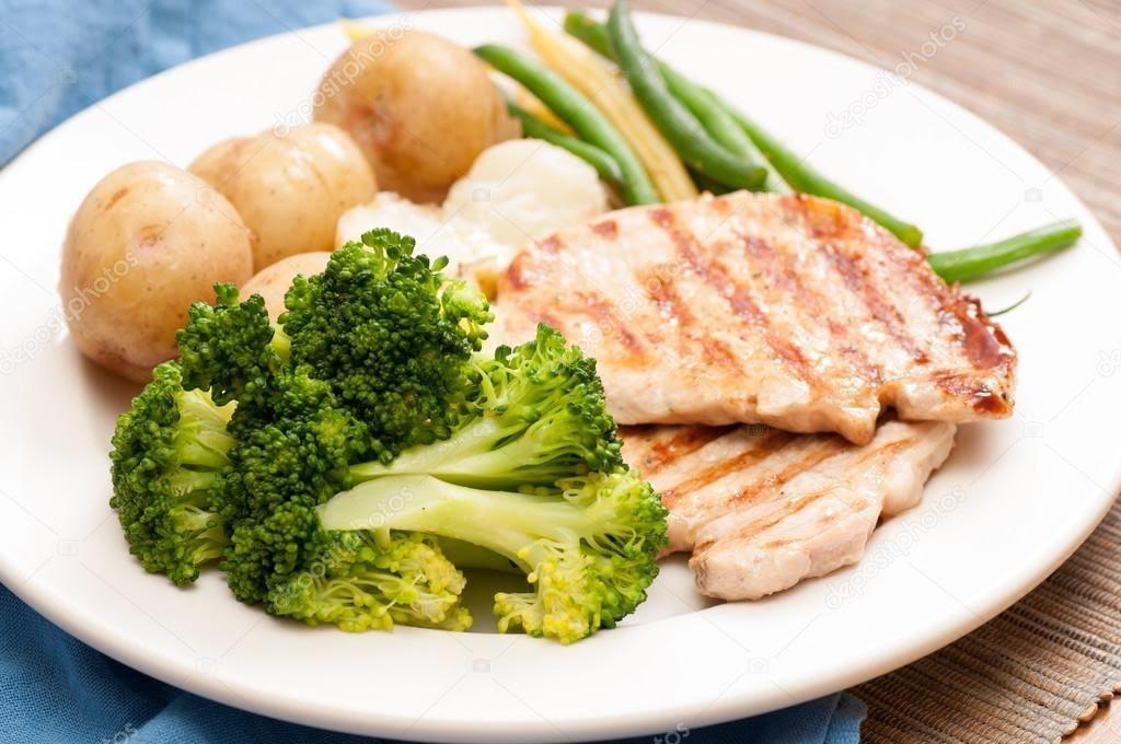 Chuleta con brócoli y papa cocida