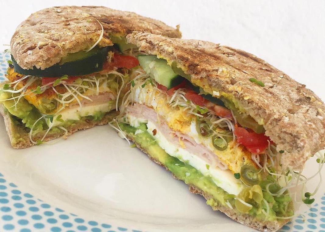 Pan thin con queso panela y vegetales