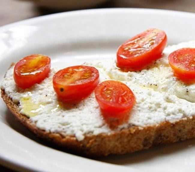Pan tostado con requesón y jitomate cherry