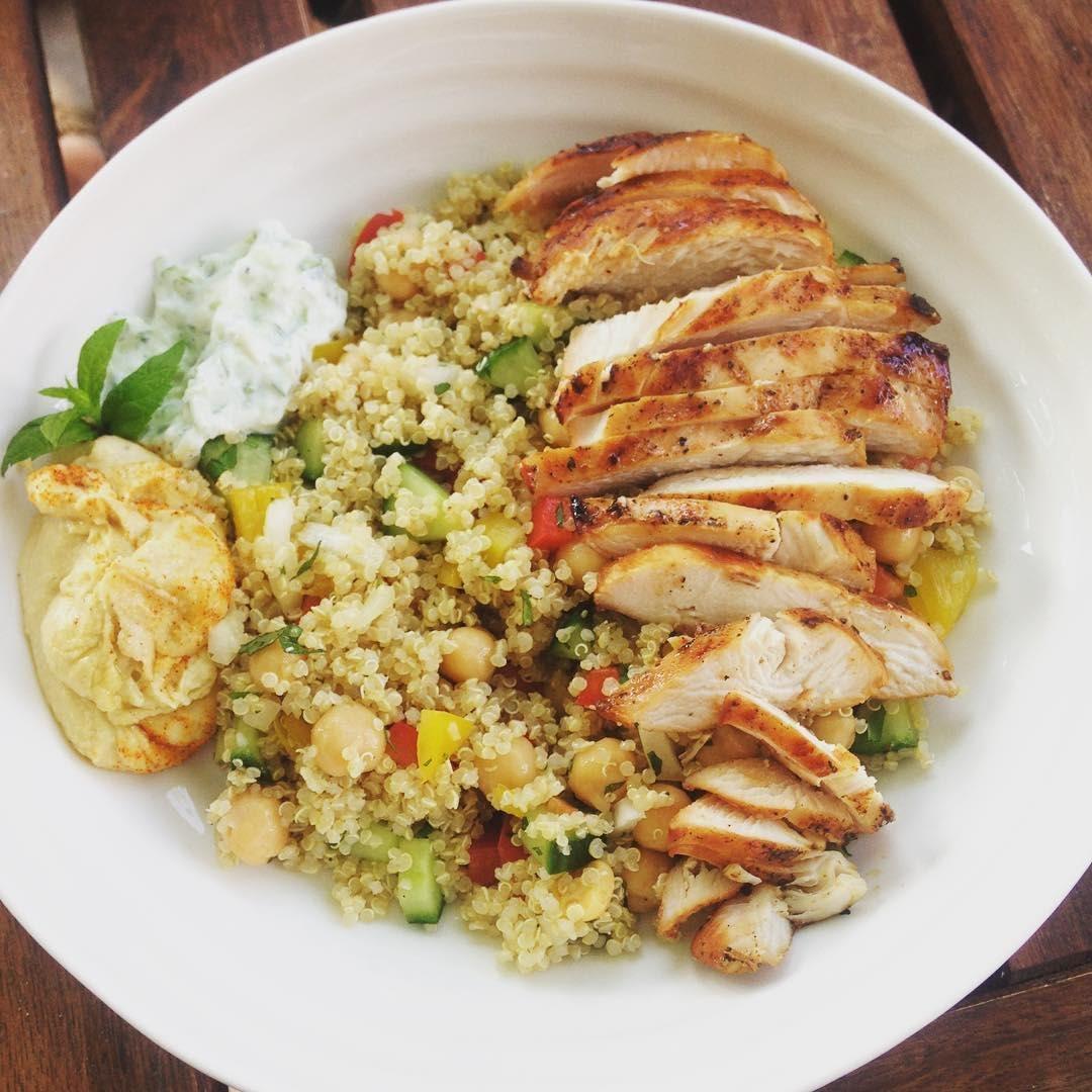 Bowl de Quinoa con pollo en cama de espinacas