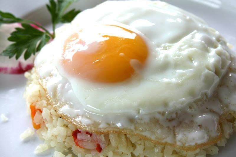 Huevos estrellados con nopales y  tortitas de arroz